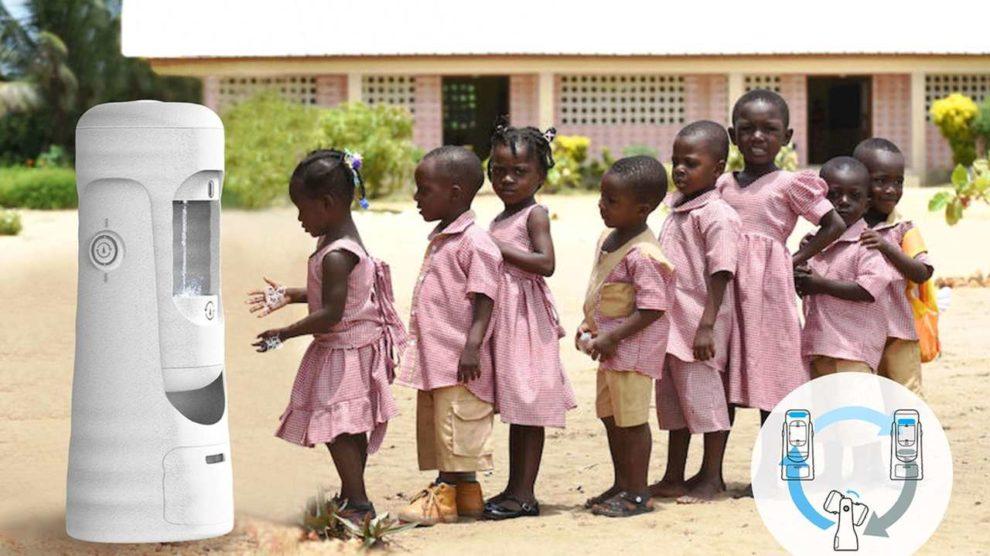 Kinder stehen Schlange vor der Grohe selfsupply handwashing station.