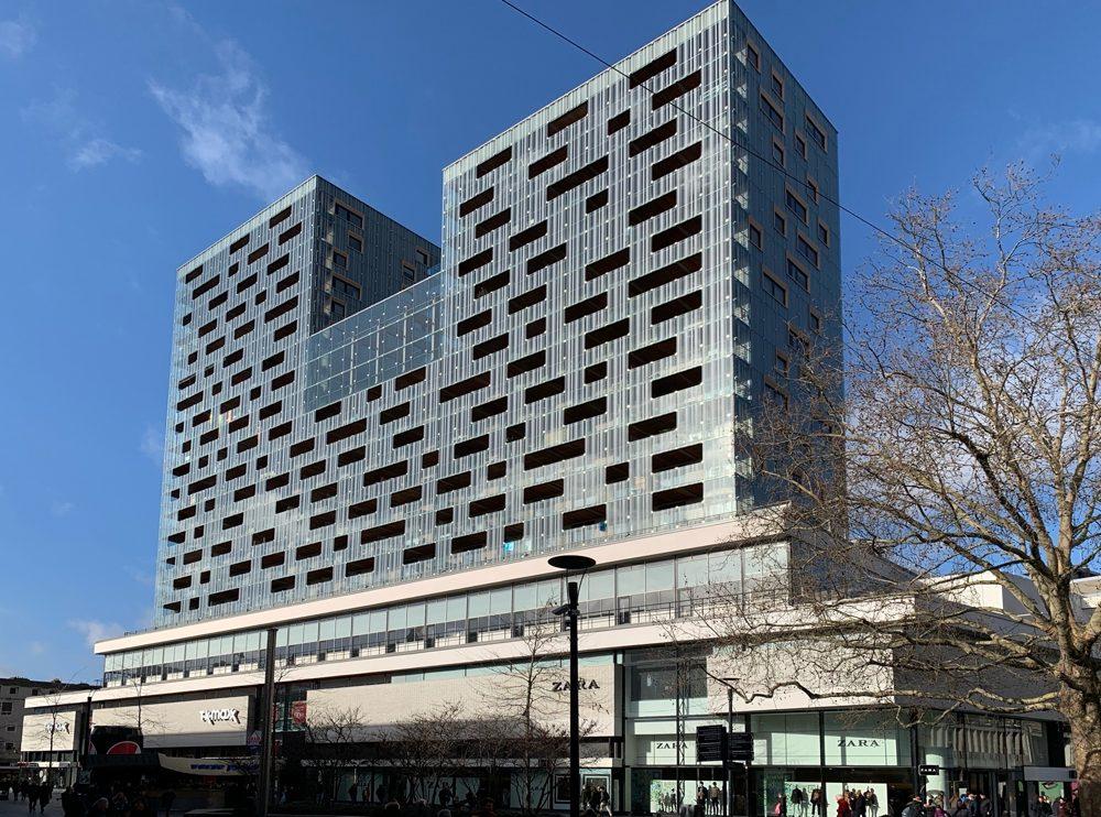 modernes Gebäude im Doppelturm-Design