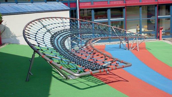 Vielseitiges Klettergerüst für Kindergärten, öffentliche Spielplätze oder größere Privatgärten. Bild: Hally-Gally-Spielplatzgeräte
