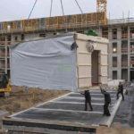 Baustelle mit Holzmodulbau-Element