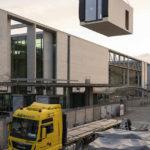 Baustelle mit schwebendem Holzmodulbau-Element