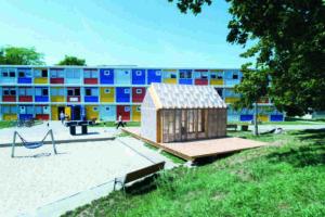Modulbau-System: Auf dem Flüchtlingsgelände in Berlin-Buch wird das Plug-In als Multifunktionsraum genutzt. Bild: Johannes Belz