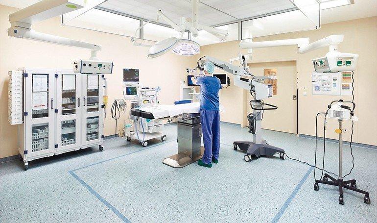 Operationssaal mit unterschiedlichen medizinischen Geräten. Bild: nora