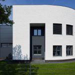 Gerundeter Gebäudeabschluss aus weißem Sichtmauerwerk. Bild: Csaba Mester / KS-Original GmbH