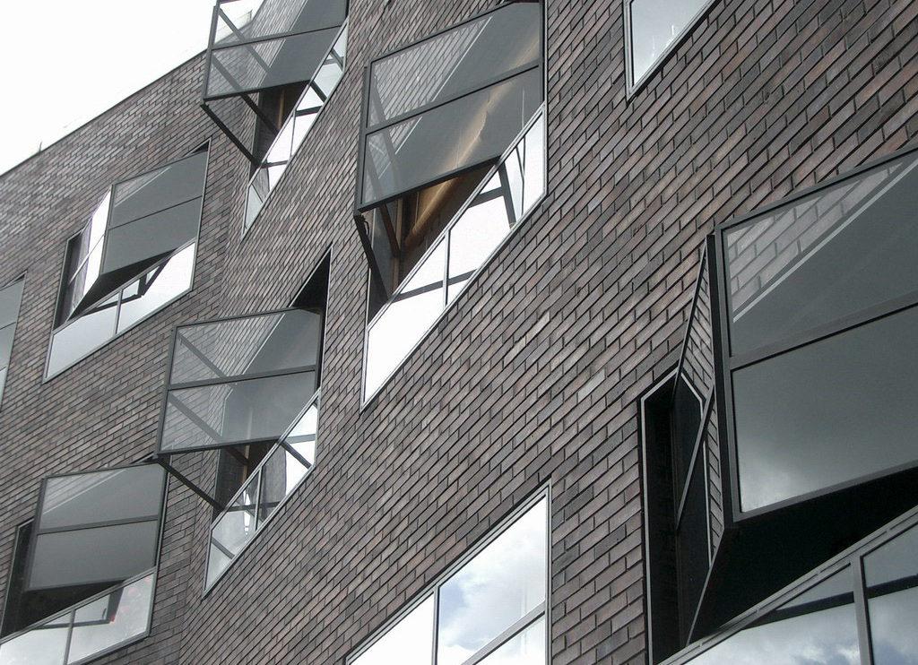 Klinkerfassade mit nach außen auffaltbaren Fenstern