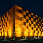 Schüco Parkhaus mit beleuchteter Textilfassade