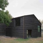 Einfamilienhaus mit dunkler Holzfassade