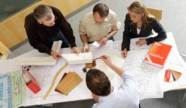 Um Architekten und Planer in ihrer täglichen Arbeit wie zum Beispiel der Planung von Türen zu unterstützen, bietet Schörghuber Schulungsangebote, ein Nachschlagewerk und Ausschreibungsprogramm. Foto: Schörghuber