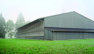 Einer der Gewinner des Holzbaupreises, der auf der Lighna verliehen wurde, ist die Sporthalle im oberbayerischen Haiming. Bild: Sebastian Schels