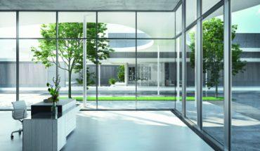 Die Expertenjury zeichnete das Türsystem ADS 90.SI SimplySmart Design Edition von Schüco mit dem iF Design Award aus. Das Fassadensystem FWS 35 erhielt den Gold Award. Foto: Schüco
