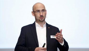 Die Vertreter der Bauberatung der Schwenk Putztechnik, hier Manuel Döhler, stellten die Innovation im Bereich Außen- und Innenputz vor. Bild: Schwenk Putztechnik